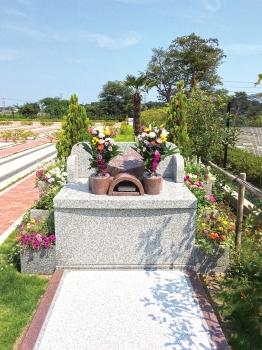 花と緑に囲まれた永代供養墓です。