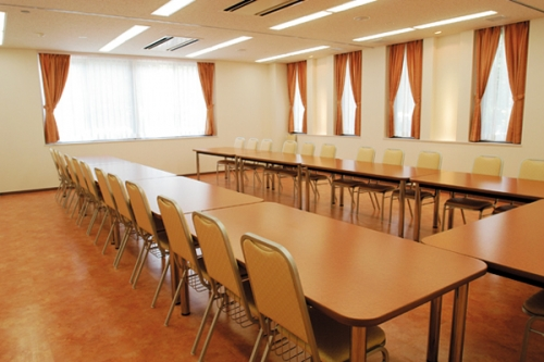 洋室で最大72名様、和室で最大36名様 上川霊園会食室。