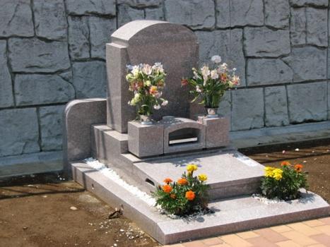 生垣付き墓所風景。