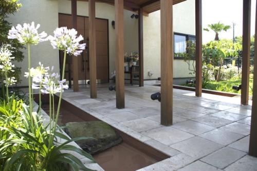 エントランスは、白壁とアイアンのコントラストで明るい雰囲気に。