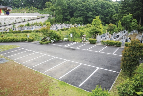 大型駐車場完備。