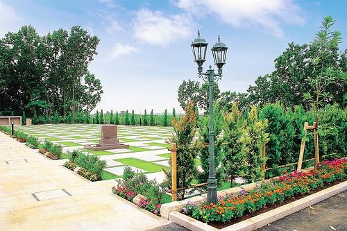 植栽が施された明るい霊園内