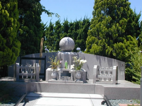 当霊園の永代供養墓。