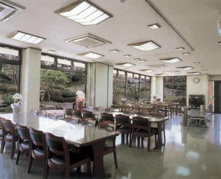広々とした休憩所、さらに法事にも大変便利な会席室などの設備が充実しています。
