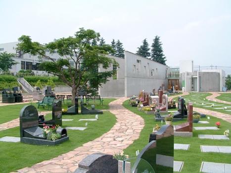 エリアリバティIII:個性を重視したオリジナルなお墓と、緩やかな曲線を描く芝生と石畳がとてもよく合います。