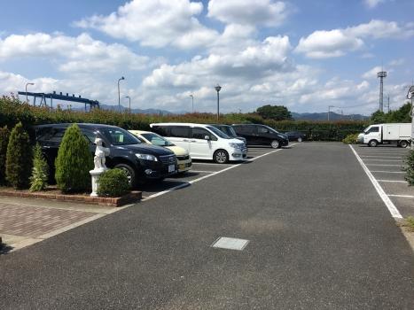 平坦大型駐車場を完備。お車でのお参りも安心!