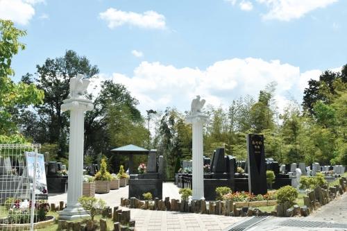 花と緑と彫刻をコンセプトで統一感を見せるきれいな霊園です。