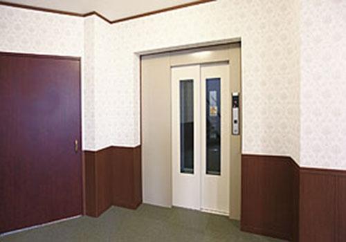 大型エレベーター完備。