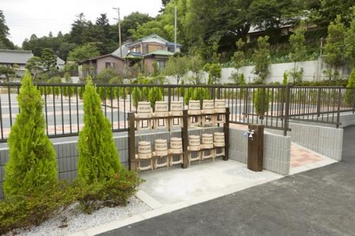 手桶・水場スペースと墓地。