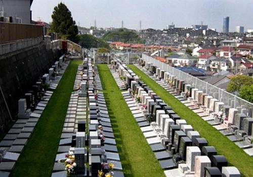 眼下には横浜の家並を一望できる都市型の公園墓地。