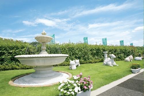 園内には白く美しい天使の像や噴水が。欧風の公園を思わせます。