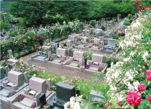 バラと緑に囲まれたガーデニング墓地