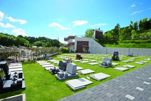 芝墓地 参道を含め、墓域全体を芝で覆いました。広々とした開放感あふれる区画です。