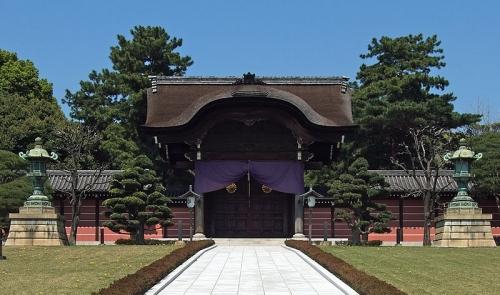 向唐門(むかいからもん):総欅唐破風造りの桃山式の建物。