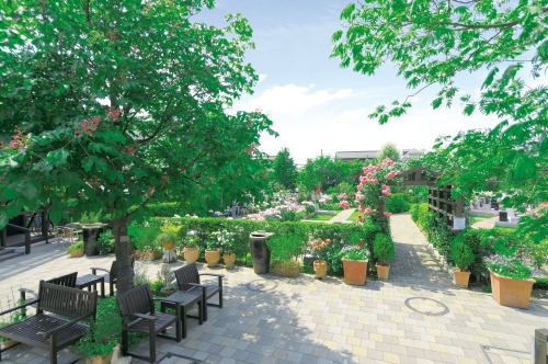 緑と花の溢れる明るいガーデニング霊園。