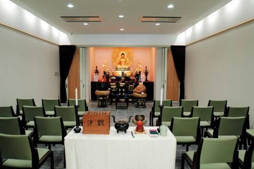 荘厳な空気に包まれた上川霊園法要室。