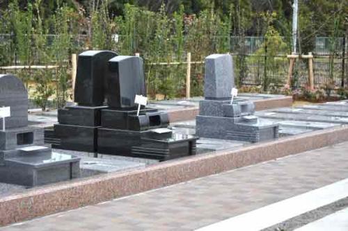 お墓のまわりにゆとりのスペースを設けたお手入れやお掃除、お参りのしやすい区画も。
