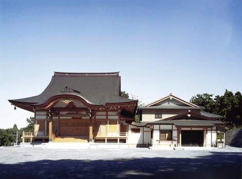 古格建築を再現した風格ある唐破風屋根の本堂。