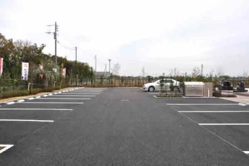 大きな駐車場も完備。法事の時も安心です。