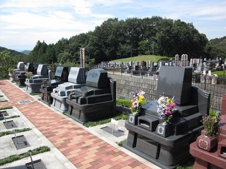 墓域は平坦なつくりになっているのでお年を召した方も安心です。