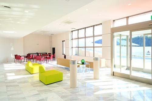 採光性の高い設計で、明るく開放的な休憩所。