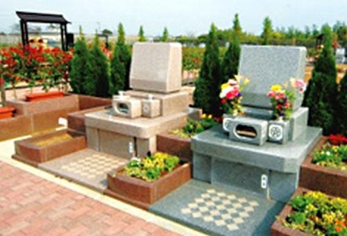 植栽が施された明るい墓域