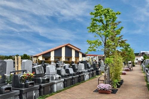 個々の墓所前の通路も十分な広さがあります。
