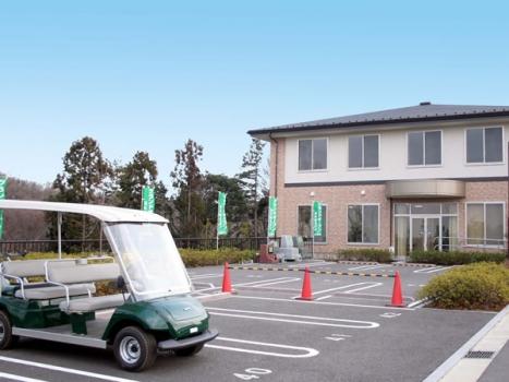 ゆとりの駐車場と管理棟。