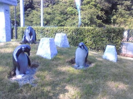 苑内にはペンギンをはじめ多くのモニュメントがございます。