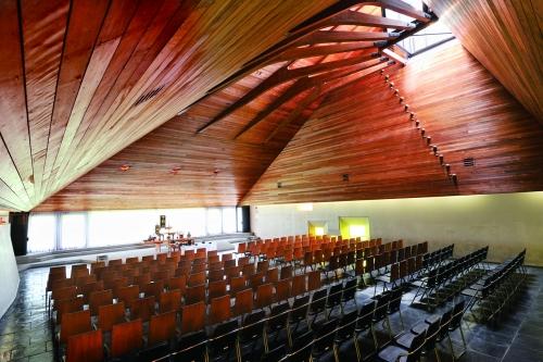大礼拝堂は近代的な空間となっており200名様まで対応しております。