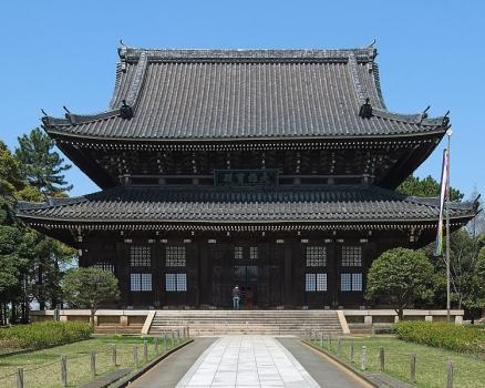 総持寺仏殿:入母屋・二重屋根の総欅づくり。お釈迦様、迦葉尊者、阿難尊者をお祀り。