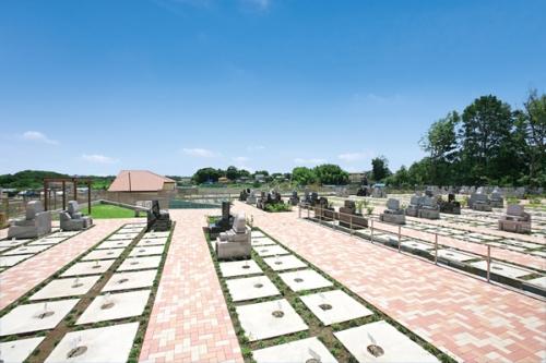 メモリアルパーク緑の丘は緑に囲まれた霊園です。