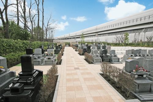 霊園内は広々とした通路を設けています。