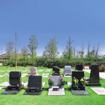 芝生が施された明るい墓域