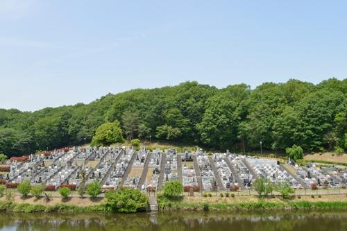 湖を見下ろす美しい公園墓地。自然と近代施設が調和した、心安らぐ霊園。