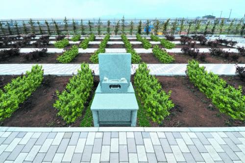 お隣のスペースの間に緑地を配した「緑地墓地」。