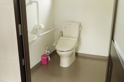 バリアフリー対応の管理棟内トイレ。