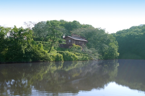 湖の面した管理事務所。