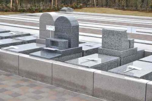 通常のお墓より高さを設けています。楽な姿勢でお参りできる区画です。