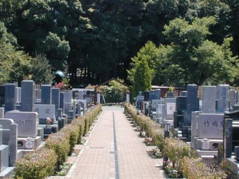 日本庭園から霊園内を望む。墓所が整然と立ち並んでいる