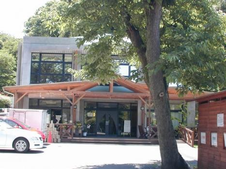 オープンカフェのようなテラスを設置した管理棟。