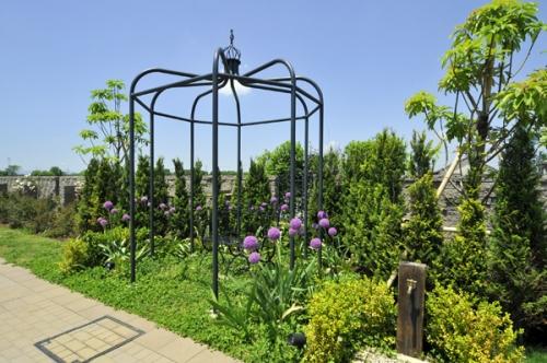庭園デザイナーと建築士による花と緑にあふれたスタイリッシュな園内です。