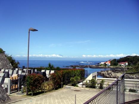 岬をひな壇状の墓地としていますので、 どこの区画からでも海が見えます。