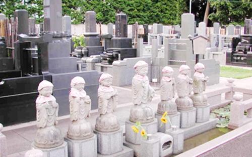 不動明王(唐金製)を中心に、三十六童子像が立ち並んでいます。