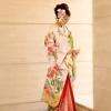 花嫁をより一層印象付ける花古典柄は、金箔使いも上品で、華やかな中にも花嫁としての気品や凛とさせる印象を与えてくれる上品な和装。  ※こちらの衣裳はプラン料金内の衣裳と異なるため、ご利用の際には差額をご負担いただきます。