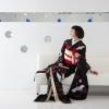 黒地に立ち鶴を描いた黒引き振袖です。友禅作家の秋山章の作品です。  ※こちらの衣裳はプラン料金内の衣裳と異なるため、ご利用の際には差額をご負担いただきます。