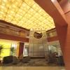 吹き抜けの空間が開放的なメインロビー。 天井まで届く壮観な水のオブジェとピラミッドをイメージさせるシャンデリアがモダンな空間を演出。