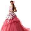 花柄のサテンプリントが印象的なドレスです。スカートドレープはリボンと一体化させ動きのあるデザインです。スカートのタッキングはカラーの異なるチュールを重ね、立体感が出るようにしました。サテンの白地はドレス全体をスッキリと見せると共に、ピンクの色味を引き立てます。