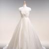シルクオーガン素材。 シンプルなラインが、よりいっそう大人の清楚さを感じさせるドレス。上半身にビージングがほどこされ、華やかさがプラスされたドレス。