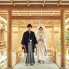 神殿『慶雲殿』前では、純白の花嫁姿をより引き立ててくれます。